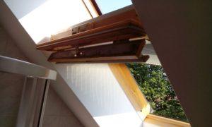 I mistr tesař se někdy utne: Servis střešních oken, kde okno okno nešlo zcela otevřít, natož vysadit. Oknaři, nebo následně montéři sprchového koutu zapomněli, že si spolu tyhle věci nebudou zcela rozumět.