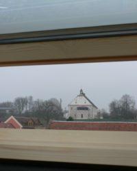 Střešní okna nabízí neotřelé výhledy - zde zámek Jaroměřice, na který budou mít výhled budoucí obyvatelé obecních bytů